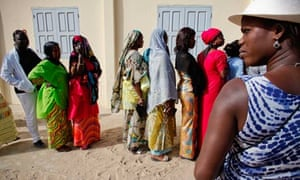 MDG : Senegal : Women in politics : Senegalese women wait to cast their ballots during elections