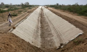 MDG : climate change :  dried Amrapur branch canal, India state of Gujarat