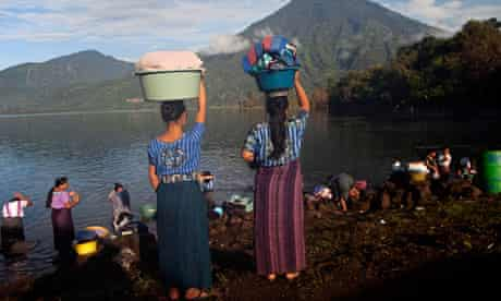 MDG : Guatemala : Aid Effectiveness : Women look for a spot to wash clothes at the Atitlan Lake