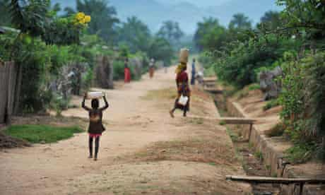 MDG : Burundi and Dfid : A Burundian child carries a jug of water on his head