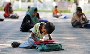 MDG : Literacy : Pakistani pupils attend class at a school situated in a park in Islamabad