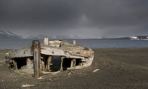 Fishing in Antarctic : remains of a whaling station on Deception Island