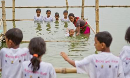 MDG : Bangladesh floods : Unicef project to teaching children to swim