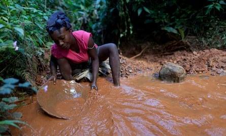 MDG : Haiti : Gold mining in village of Lakwev
