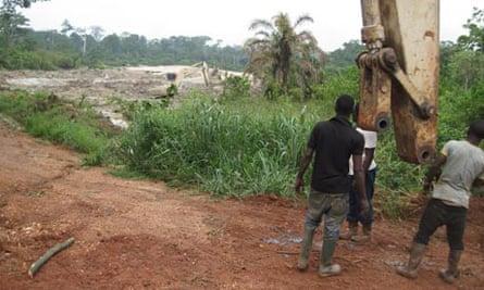 MDG : Ghana : Illegal mine near millennium village