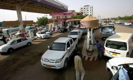 MDG : Sudan austerity measures : Sudanese queue in a petrol station in Khartoum