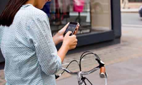 Bike blog : Google Maps' cycle routes : cyclist looking at a map on her mobile phone