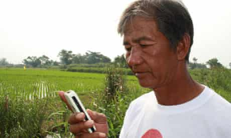 MDG: Getting the message out during disasters: a Filipino man makes use of SMS