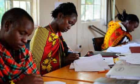 MDG : Maasai men and women study