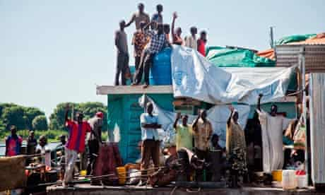MDG : South Sudan one year anniversary : South Sudanese returnees sail on a barge to Juba