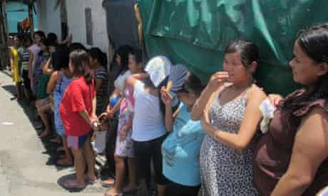MDG : Philippines maternal health : Pregnant women queeing outside a clinic