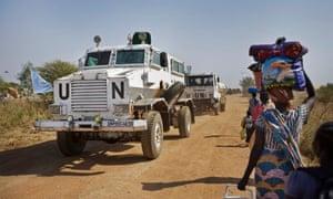 千年发展目标:非洲冲突:联合国装甲车在南苏丹马拉卡勒