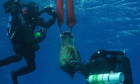 Antikythera shipwreck expedition : Divers recover an amphora