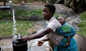 MDG : Malawi : child mariage and child bride : Young mother carrying her baby