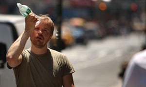Heat wave in New York : A man tries to cool himself with a bottle of water