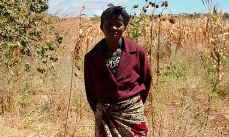 MDG : Tanzania land : Mawalima Yamba and her stretch of poor land on the roadside in Mkungungu