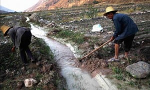 China blog on pollution : Farmers dig ditches to lead polluted water into farm fields, Kunming