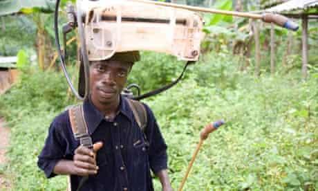 MDG : Pesticide in Ghana : Man spraying pesticide, Dakoto Junction, Ghana, Africa
