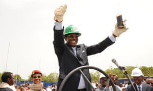 MDG : Chad oil production : Chad's President Idriss Deby holds a glass filled with oil