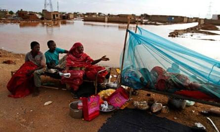 MDG : Floods in Sudan : A Sudanese homeless family rest on the side of a highway in Khartoum