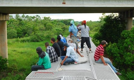 MDG : 2013 UN Report on Migration : Several migrants travel on top of a train in Mexico