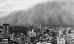 1983 el nino in Australia : massive reddish-brown cloud advances on the city of Melbourne