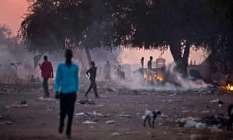 MDG : Displaced people prepare to sleep in the open as night falls in Awerial, South Sudan