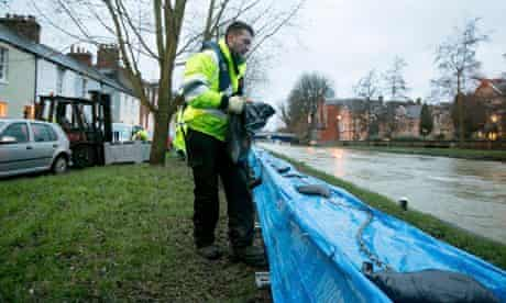 Winter wild weather : Environment Agency workers lay sandbags as floods defence in Oxford