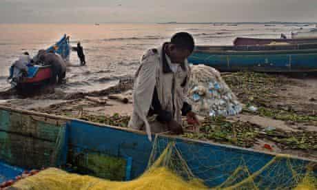 MDG : Fishermen from Kasensero work on the shores of the Lake Victoria in Uganda