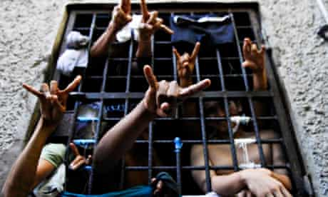 MDG : MS-13 members flash their gang's hand sign from cell in San Salvador