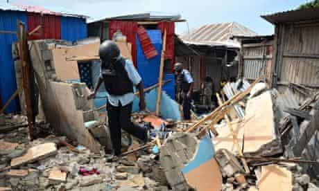 MDG : Somali soldiers search for survivors amid the rubble-strewn Karan market in Mogadishu