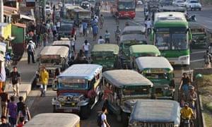 MDG : Filipino commuters battle to work on traffic-clogged roads