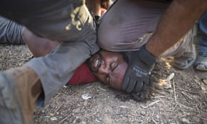 MDG : Israeli policemen and immigration officers arrest an African asylum seeker