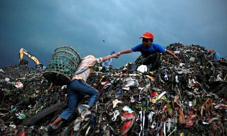 MDG : Waste dumps : Children at Bantar Gebang landfill, Jakarta, Indonesia