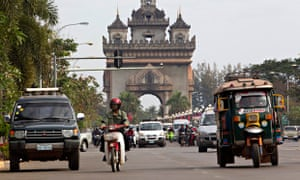 MDG : UNCTAD report on LDC : Traffic travels past the Victory Monument in Vientiane, Laos