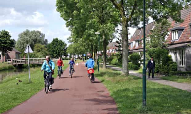 Bike blog on cycling revolution : cyclists on a lane in Netherlands