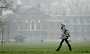 Pollution in Chelsea and Kensington : Kensington Gardens as smog surrounds Kensington Palace