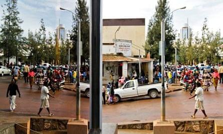 MDG : Rwanda economy : a busy street with small shops in Kigali