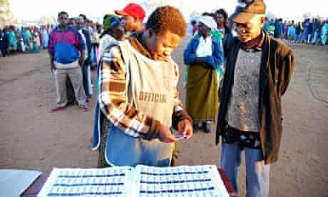 MDG : Malawi elections : A Malawian voter listens to an electoral official