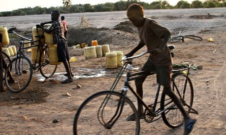 MDG : Drought in Turkana, Kenya : Children collect water in dry bed of the Turkwel river at Kalokol
