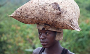 MDG : Smuggling cocao from Ghana to Ivory Coat : A young boy carries a bag of cocoa on his head
