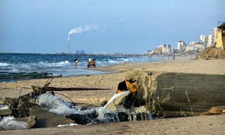 toxic metal pollution : A sewage drain floods into the Mediterranean sea