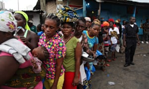 MDG : Food security in Liberia : Residents of the West Point slum receive food aid, Monrovia