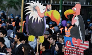 MDG : Vulture funds and economy in Argentina : Protesters hold cutouts of vultures
