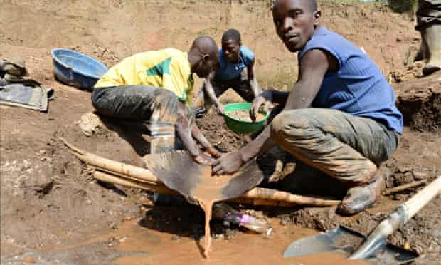 MDG : Artisanal mine in DRC : mining for cassiterite (tin ore), coltan