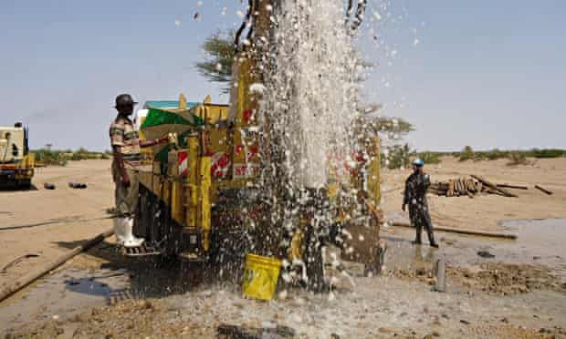 MDG : Turkana aquifer : The borehole flushing at Napuu, Lodwar