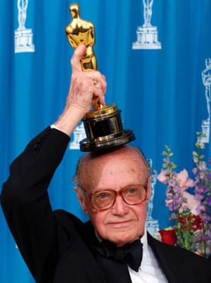 Jack Cardiff with his honourary Oscar in 2001