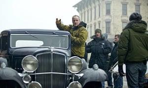 Michael Mann directing the film Public Enemies