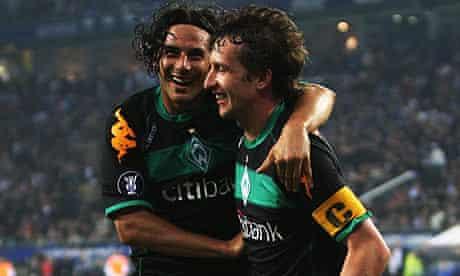 Frank Baumann celebrates with Claudio Pizarro