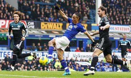 Everton's Pienaar scores his side's first goal against Chelsea.